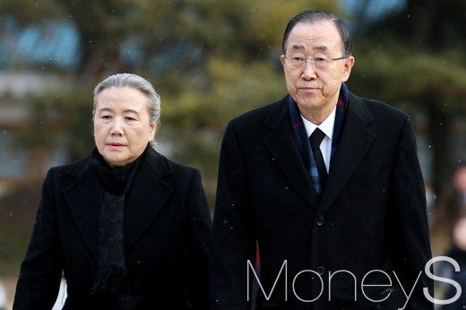 [머니S포토] 한국에서 아침 맞이한 반기문, '일정에 앞서 동작동 현충원 방문'