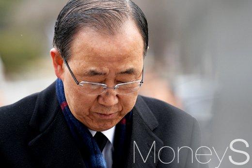 [머니S포토] 대권 향한 행보 반기문, '학도군 묘역 참배'
