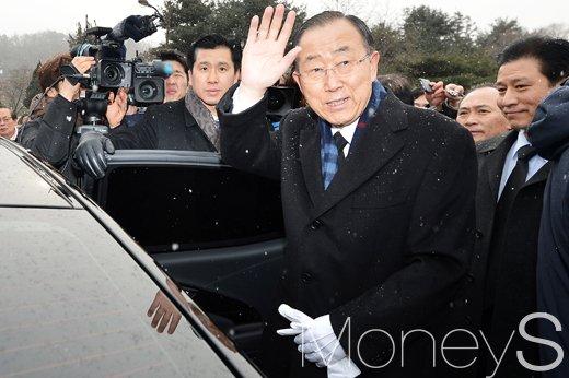 이재명 반기문. 사진은 반기문 전 유엔 사무총장이 오늘(13일) 서울 동작구 국립서울현충원을 찾아 참배를 하고 차량에 탑승하고 있다. /사진=임한별 기자