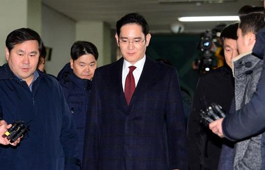 이재용 삼성전자 부회장이 피의자 신분으로 특검 조사를 마치고 13일 오전 서울 강남구 대치동 특별검사 사무실을 나서고 있다. /사진=뉴시스