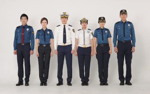 경찰 제복. 왼쪽 남녀 한쌍부터 내근 근무복, 교통 근무복, 외근 근무복. /사진=경찰청 제공