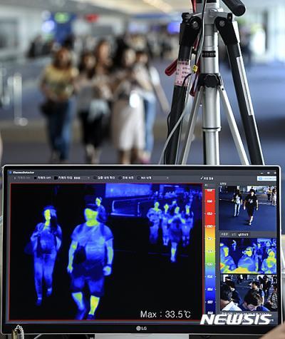 지카 바이러스. 지난해 9월 인천국제공항에서 여행객들이 지카바이러스 관련 발열검사를 하고 있는 검역소를 통과하고 있다. /자료사진=뉴시스