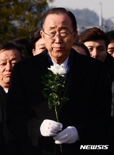 반기문 봉하마을. 반기문 전 유엔 사무총장이 17일 오전 경남 김해 봉하마을을 방문해 노무현 전 대통령 묘소에 참배하고 있다. /사진=뉴시스