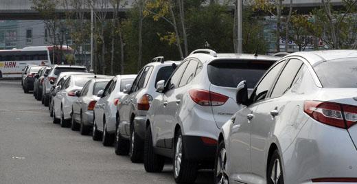 도로에 불법 주차된 차량들. /사진=뉴시스 홍찬선 기자