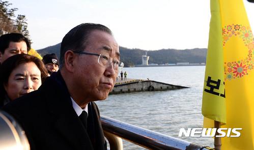 반기문 팽목항 방문. 반기문 전 유엔 사무총장이 지난 17일 오후 전남 진도 팽목항을 찾아 바다를 바라보고 있다. /사진=뉴시스