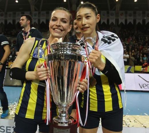김연경 배구. 터키 여자 프로배구 페네르바체 소속 김연경(오른쪽)이 터키컵 우승을 달성했다. 왼쪽은 팀동료 에다 에르뎀. /사진=페네르바체 홈페이지