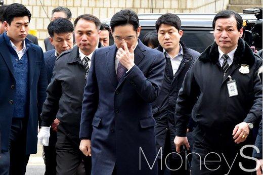 [머니S포토] 삼성가 황태자 이재용, '뇌물공여 혐의 차 서울중앙지법' 출두