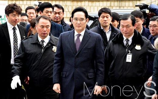 [머니S포토] 법정 출석 삼성가 황태자 이재용, '에스코트 받으며...'