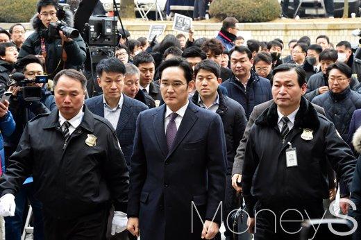 이재용 삼성전자 부회장이 18일 오전 영장실질심사를 받기 위해 서울중앙지방법원에 출석하고 있다. /사진=임한별 기자