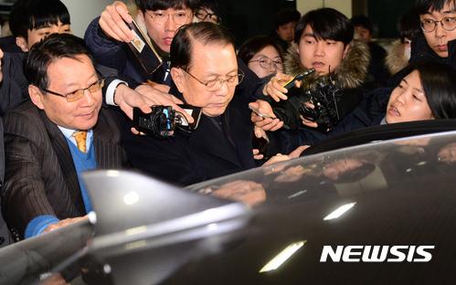 영장청구 검토. 김기춘 전 청와대 비서실장이 18일 새벽 특검 조사를 마친 뒤 귀가하고 있다. /사진=뉴시스