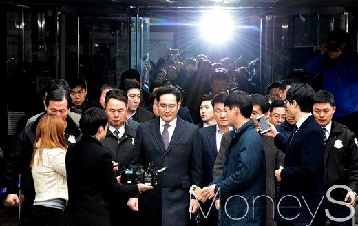 [머니S포토] 이재용 영장실질심사 종료, 취재진 앞에선 삼성가 황태자