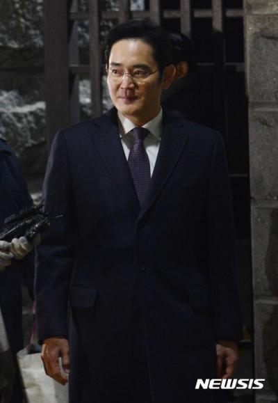 이재용 부회장 구속영장 기각. 19일 새벽 이재용 삼성전자 부회장이 구속영장 기각 결정을 받은 뒤 서울구치소에서 나오고 있다. /사진=뉴시스