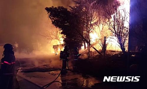 김해 화재. 오늘(19일) 오전 2시1분쯤 경남 김해시 한림면 A산업에서 화재가 발생해 소방관들이 화재 진압을 하고 있다. /사진=뉴시스(경남소방본부 제공)