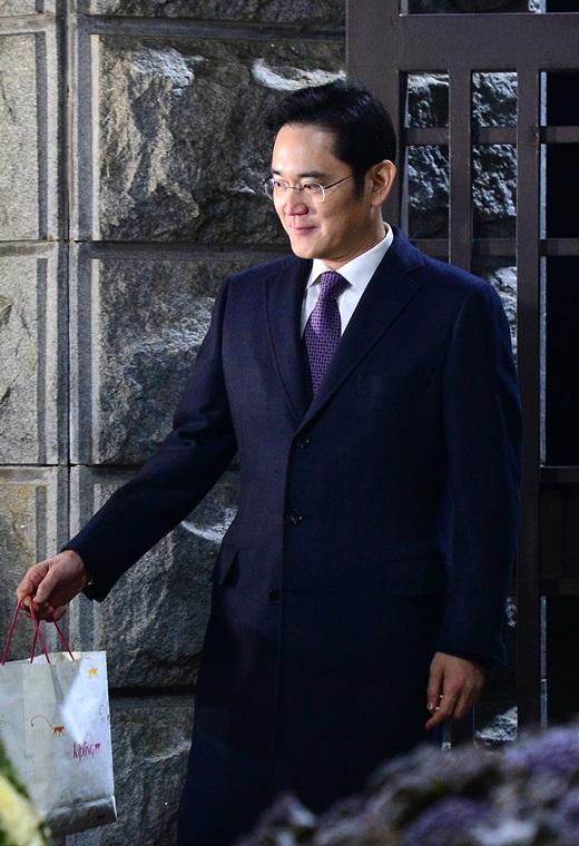구속영장이 기각된 이재용 삼성전자 부회장이 19일 오전 경기 의왕시 서울구치소를 나서고 있다. /사진=뉴스1