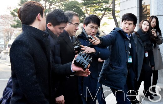 [머니S포토] 김상률 전 수석, 취재진 뿌리치고 대심판정 향하는 발걸음 '터벅터벅'