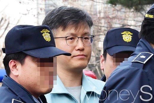 박근혜 차명폰. 사진은 정호성 전 청와대 부속비서관. /사진=임한별 기자