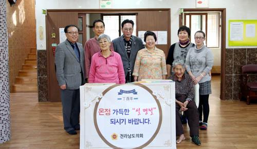 ©전남도의회 박철홍 운영위원장이 담양소재 사회복지시설을 방문해 생활필수품을 전달하며 위문하고 있다.