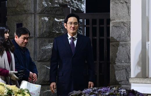 구속영장이 기각된 이재용 삼성전자 부회장이 지난 19일 오전 경기 의왕시 서울구치소를 나서고 있다. /사진=뉴스1
