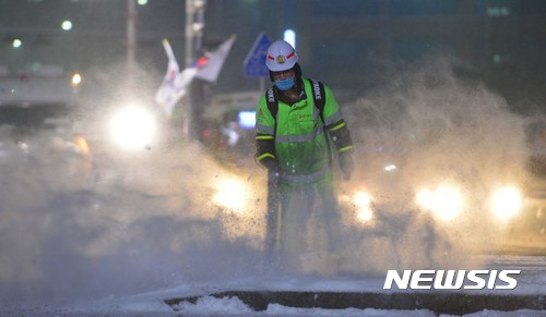 대한 적설량 눈. 20일 전국에 많은 눈이 내린 가운데, 서울 광화문에서 제설작업이 진행되고 있다. /사진=뉴시스