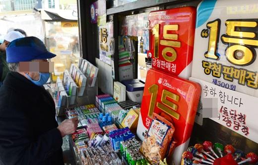 서울의 한 로또 판매점에서 한 시민이 로또복권을 구입하고 있는 모습. /사진=뉴시스