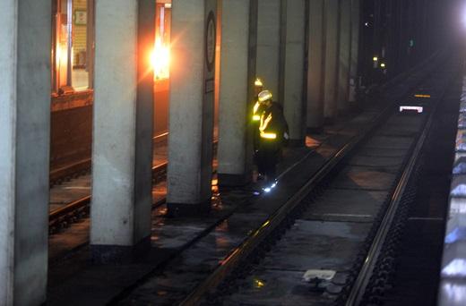 22일 오전 열차 화재로 검게 그을린 2호선 잠심새내역 분리대 인근에서 역관계자가 화재원인을 조사하고 있다. /사진=뉴시스