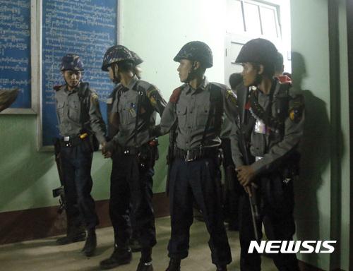 29일(현지시간) 미얀마 양곤 외곽 오칼라파 북부에 소재한 병원 영안실에서 경찰들이 경계를 서고 있다. 이날 아웅산 수지의 측근이자 미얀마 여당 '민주주의민족동맹(NLD)'의 법률 자문을 맡고 있는 변호사 코 니가 괴한에게 피살됐다. /사진=뉴시스(AP)