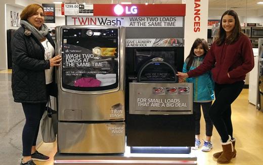 미국 뉴저지주의 한 가전매장에서 소비자들이 LG 트윈워시를 살펴보고 있다. /사진=LG전자