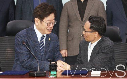 [머니S포토] 허권 금융노조위원장 만난 민주당 대권잠룡 이재명