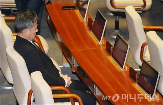 표창원 당직정지. 누드 풍자화. 표창원 의원이 2일 국회 본회의장에 앉아 있다. /사진=머니투데이