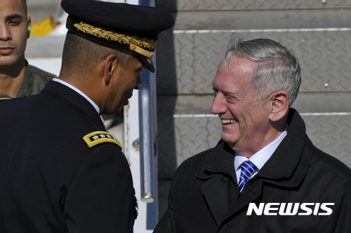 매티스 국방장관. 사진은 제임스 매티스 미국 국방장관(오른쪽). /사진=뉴시스