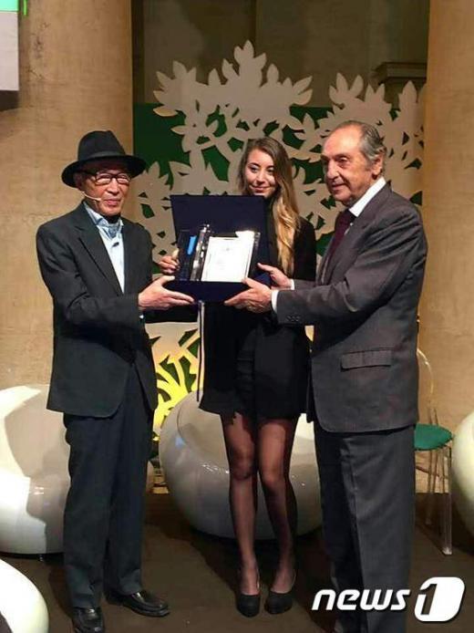 '고은 시인' 고은 시인(맨 왼쪽)이 3일(현지시간) 이탈리아 로마 아드리아노 신전에서 이탈리아 로마재단이 주는 제4회 '국제시인상'을 수상했다. /사진=뉴스1