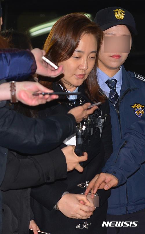 박근혜 대통령 비선진료 의혹을 받고 있는 성형외과 김영재 원장의 부인 박채윤 씨가 구속된 후 조사를 받기 위해 4일 오후 서울 대치동 특검으로 소환되고 있다. /사진=뉴시스
