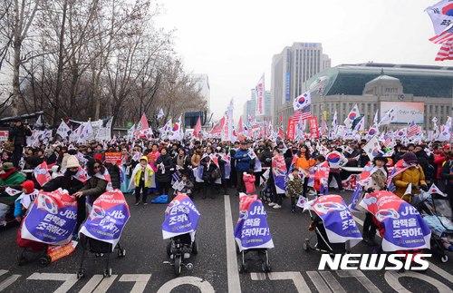 4일 탄핵반대 집회에 앞장 선 유모차 부대. /사진=뉴시스 변해정 기자