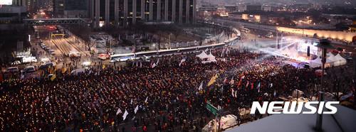 설 명절 이후 박근혜 대통령 퇴진을 촉구하는 첫 촛불집회가 열린 4일 오후 서울 종로구 광화문광장에서 참가자들이 박 대통령 퇴진을 촉구하고 있다. /사진=뉴시스 추상철 기자