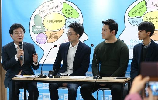 대선 출마를 선언한 유승민 바른정당 의원이 5일 서울 여의도 당사에서 창업 관련 정책을 발표한 뒤 청년 창업자들과 토론을 했다. /사진=뉴스1 허경 기자