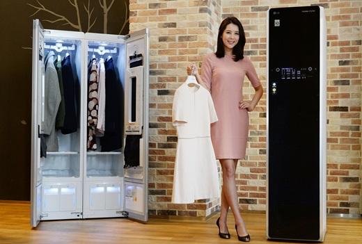 LG전자 모델이 서울 영등포구 여의대로 LG트윈타워에서 '스타일러'를 소개하고 있다. /사진=LG전자