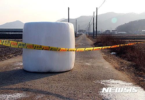 구제역 우유. 어제(5일) 충북 보은군 젖소 농장에서 구제역이 발생한 가운데, 방역당국이 해당 축사가 있는 마을 진입로를 차단했다. /사진=뉴시스