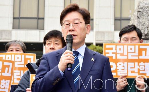 이재명 헌재. 이재명 성남시장이 오늘(7일) 서울 종로구 헌법재판소 정문 앞에서 긴급 기자회견을 열고 있다. /사진=임한별 기자