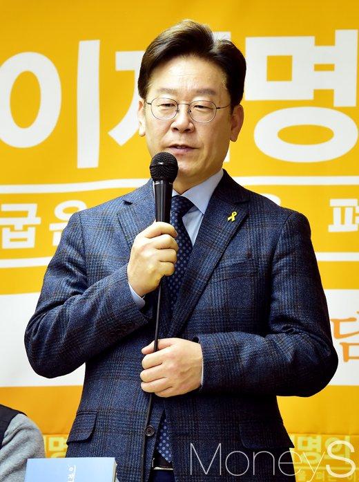 [머니S포토] 대권 잠룡 이재명, '책속 노동소외에 대해 말하다'