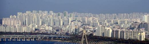 주산연은 여전한 대내외 불확실성 여파로 2월 주택경기 전망도 흐릴 것으로 전망했다. 사진은 서울의 한 아파트 밀집 지역. /사진=뉴시스 DB