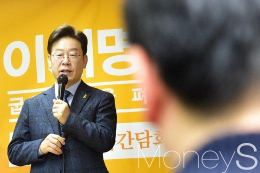문재인 이재명 사법시험. 이재명 성남시장이 오늘(8일) 서울 중구 환경재단에서 '이재명의 굽은 팔' 출간 기념 기자간담회를 열고 있다. /사진=임한별 기자