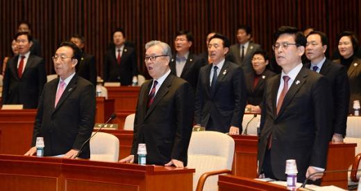 새누리당 인명진 비상대책위원장(앞줄 가운데), 김관용 상임고문(앞줄 맨 왼쪽)을 비롯한 의원들이 8일 서울 여의도 국회 예절위회의장에서 열린 의원 연찬회에서 애국가를 부르고 있다. /사진=뉴시스