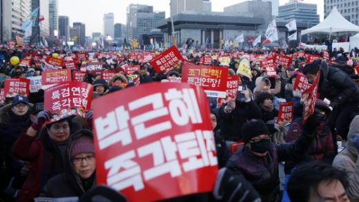 11일 오후 서울 광화문 광장 일대에서 열린 제15차 촛불집회에 수많은 시민들이 모여 피켓과 촛불을 들고 시위에 참가하고 있다./사진=머니투데이DB