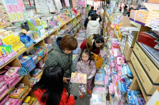 서울 동대문구 창신동 문구·완구 도매시장을 찾은 어린이들이 부모와 함께 학용품을 살펴보고 있다/사진=뉴스1DB