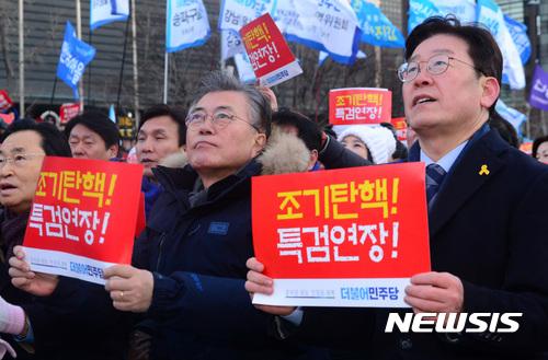 민주당 경선. 문재인 전 더불어민주당 대표(왼쪽)와 이재명 성남시장이 지난 11일 열린 서울 광화문 광장 촛불집회에 참석했다. /자료사진=뉴시스
