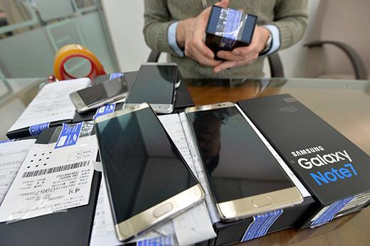 지난해 10월 단종된 삼성전자 갤럭시노트7의 교환 및 환불 절차가 오늘부터 삼성디지털프라자에서만 가능하도록 일원화된다. /사진=뉴스1