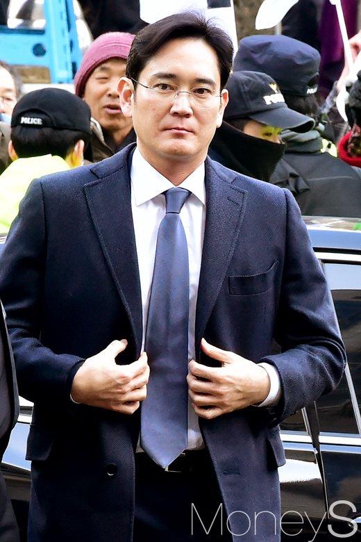[머니S포토] 뇌물공여죄 혐의 이재용, 굳은 표정으로 법정 출두