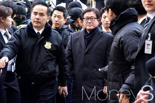 [머니S포토] 영장실질심사 차 서울중앙지법 출두한 박상진 사장