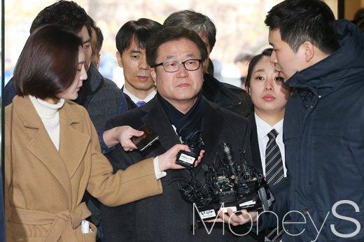 [머니S포토] 법원 출석 박상진 삼성전자 사장, '굳게 다문 입술'