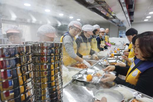 광주급식소에서 배식하는 자원봉사자. /사진제공=전국천사무료급식소